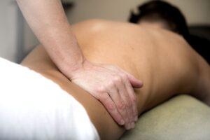 Quiromasajista realizando un masaje lumbar o en las lumbares